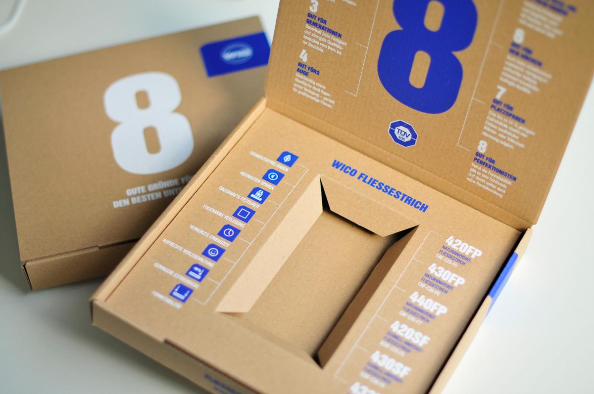 Kartonbox aus Wellpappe zur Verpackung eines WICO Fließestrich Musters. Ansicht von oben.